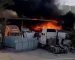 Cháy lớn bãi xe ở quận 9, nhiều xe lớn bị thiêu rụi