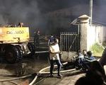 Nhà máy cháy mù mịt trong đêm, cả phố mất điện nhiều giờ
