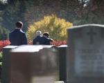 Ông Biden đi thăm mộ người con trai đã khuyến khích ông ra tranh cử lần 3
