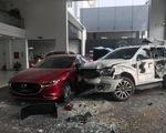 Một phụ nữ lái ôtô vào showroom này lại lao vào showroom kia, một người nguy kịch