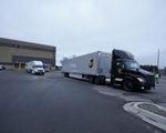 Xe tải rồng rắn chở vắc xin COVID-19 đi tiêm ở Mỹ