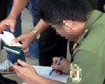 Bắt một người nghi nhận 2 tỉ đồng làm giả giấy tờ nhà đất ở TP.HCM
