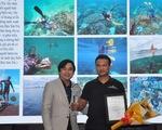 Người lượm rác dưới biển thắng giải ảnh môi trường