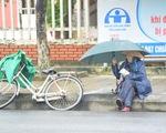 Những người già bán vé số đội mưa, co ro trong giá rét để mưu sinh