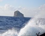 Trực thăng bay biển tìm kiếm 2 công nhân hải đăng Hòn Hải