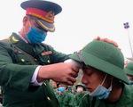 Tân binh được đo thân nhiệt trước khi nhập ngũ