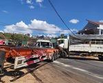 Xe đầu kéo bị tai nạn lật ven đường tiếp tục bị xe tải tông tiếp, quốc lộ 14 kẹt nhiều giờ