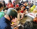"""Xếp hàng dài chờ mua bánh mì thanh long """"giải cứu"""" nông sản Việt"""