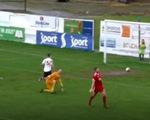 Video: Tưởng ghi bàn, cầu thủ chạy ăn mừng nào hay bóng bị