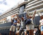 Hành khách trở về từ các du thuyền khơi nỗi lo COVID-19 lan rộng