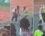 Video: Đánh bại đội bóng cũ, HLV quá khích