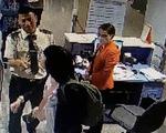 Nữ hành khách mang hành lý quá ký lao vào cắn nhân viên hàng không