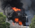Cháy dữ dội tại nhà máy nệm mút trong khu công nghiệp ở Bình Dương