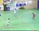 Video: Thay vì ghi bàn, cầu thủ chọn phá bóng ra ngoài