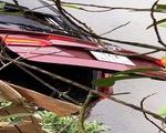 Ôtô bất ngờ lao xuống ao, 2 người chết do ngạt nước