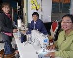 Phụ nữ vùng biên may hàng ngàn khẩu trang vải phát miễn phí cho dân