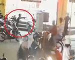 Thanh niên nghi 'ngáo đá' cầm rìu dọa chém người giữa ngã tư đường