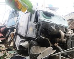 Xe container húc sập ba nhà dân lúc rạng sáng, nhiều người thoát chết