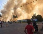 Cháy lớn tại bãi cỏ và vườn tràm khói mù mịt bao trùm cả khu vực