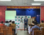 Hội Hàn Kiều tặng kính bảo hộ, nước rửa tay cho trung tâm y tế quận 7, quận 2