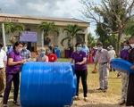 Tiếp tục tặng 321 bồn chứa nước cho bà con vùng hạn mặn miền Tây