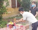 Cha qua đời, nam thanh niên chít khăn tang lập bàn thờ cha trong khu cách ly