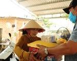 Người bán vé số dạo bật khóc khi nhận gạo tiếp tế
