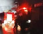 Cả trăm kiôt ở chợ bốc cháy trong đêm, thiệt hại hàng tỉ đồng