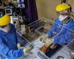 Thiết bị nhỏ đột phá bảo vệ bác sĩ Nam Phi đang chữa trị bệnh nhân COVID-19