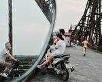 Người Hà Nội ra đường tập thể dục, câu cá sau khi gia hạn cách ly xã hội