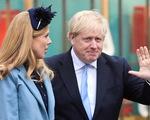 Thủ tướng Anh quay lại làm việc ngay sau khi vị hôn thê sinh con