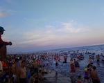 Tắm biển Sầm Sơn phải cách nhau 1m
