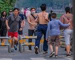 Công viên đóng cửa, nhiều người dân Hà Nội liều mình ra đường tập thể dục