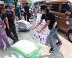 Người Sài Gòn rủ nhau chở gạo tới góp,