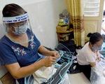 Tiểu thương Sài Gòn làm miếng chắn ngăn giọt bắn tặng y bác sĩ