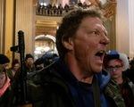Mang súng biểu tình phản đối