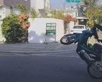 Học sinh lớp 10 thách đố nhau bốc đầu xe máy, quay clip tung lên mạng