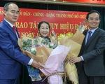 Phó bí thư Thành ủy Võ Thị Dung nhận huy hiệu 40 năm tuổi Đảng