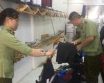 Hàng ngàn túi xách, quần áo, ví da giả 'hàng hiệu' ở phố cổ Hà Nội