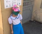 Học sinh lớp 1 bị phê bình, đứng ở cổng trường dưới nắng vì đi học sớm