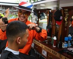 Sinh viên thích thú cắt tóc giá chỉ 2.000 đồng trong xe lưu động