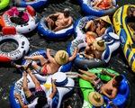 Gần 100.000 ca tử vong, nhiều người Mỹ vẫn đổ xô ra biển dịp cuối tuần