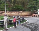Xe đầu kéo chở một chiếc tàu 30m gây ùn tắc đèo Bảo Lộc