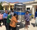 Trao 200 bồn chứa nước inox cho người dân bị ảnh hưởng hạn mặn ở Sóc Trăng