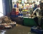Sài Gòn mưa gió lớn, người dân qua