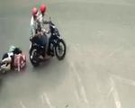 Video người phụ nữ chở con gái bị giật điện thoại té sóng soài xuống đường