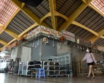 Sạp hàng đóng cửa vì không có khách nước ngoài, chợ Bến Thành đìu hiu