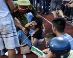 Khán giả tràn vào sân, trận Hà Tĩnh - Hà Nội bị gián đoạn gần 20 phút