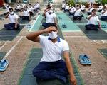 Cảnh sát Bangladesh tập yoga để chống dịch COVID-19