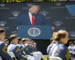 Ông Trump kêu gọi đoàn kết quốc gia, cố làm hòa với quân đội